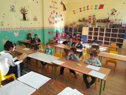 Деца от четвърти клас четат на децата от ПГ - Средно училище Отец Паисий, Куклен