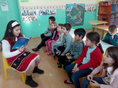 Ученици от 4 клас четат приказки на децата от ПГ - Средно училище Отец Паисий, Куклен